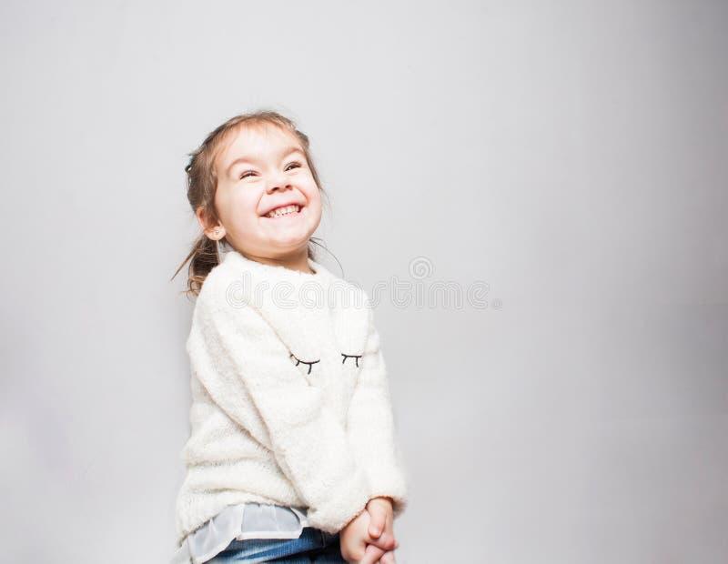Gullig le liten flicka på grå bakgrund royaltyfria bilder