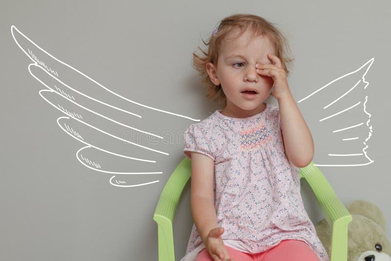 Gullig ledsen liten flicka Bruten vingar eller brutna drömmar eller ledset royaltyfri bild