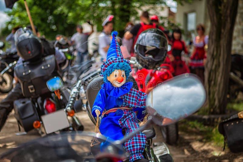 Gullig leksak på en motorcykel, bra cyklister arkivbild
