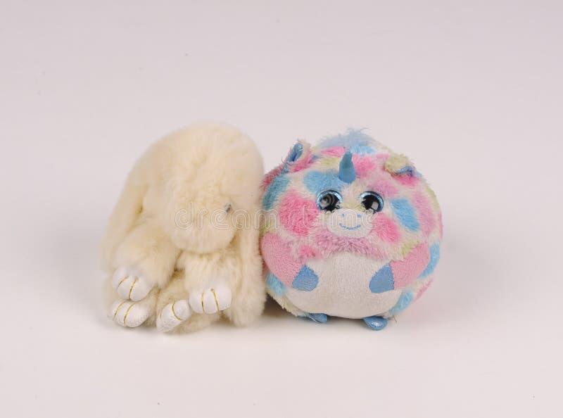Gullig leksaker enhörning och kanin royaltyfri bild