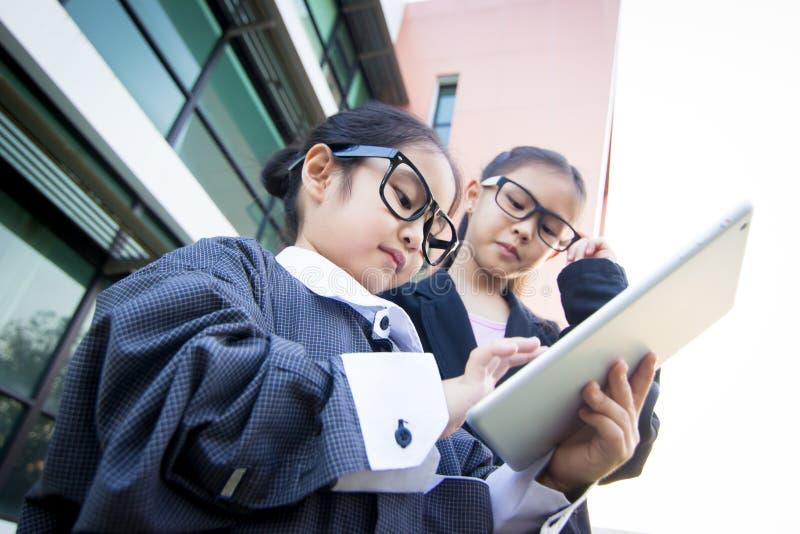 Gullig liten asiatisk affärsarbetare royaltyfria bilder