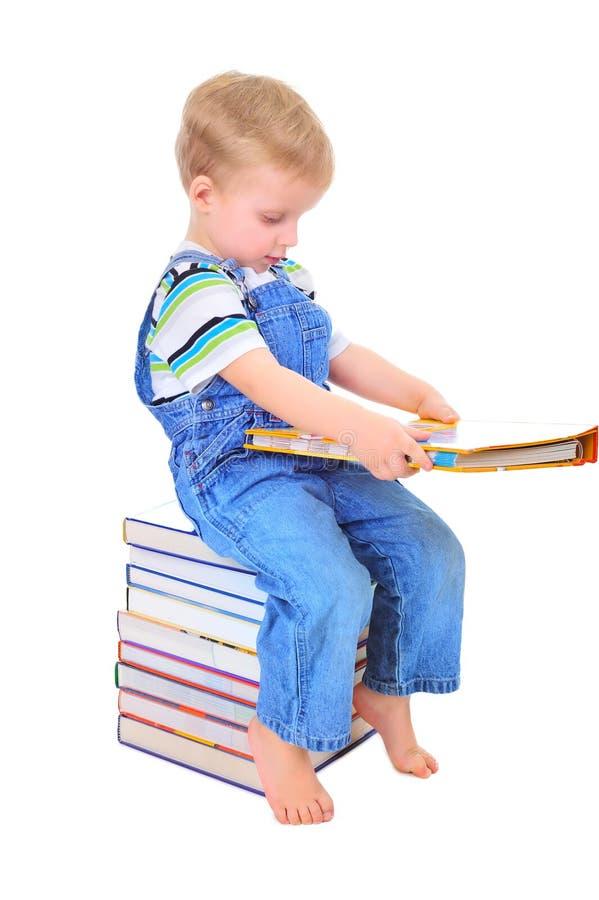 gullig liten avläsning för bokpojke arkivbild