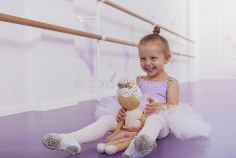 Gullig liten ballerinaflicka som övar på dansskola royaltyfria foton