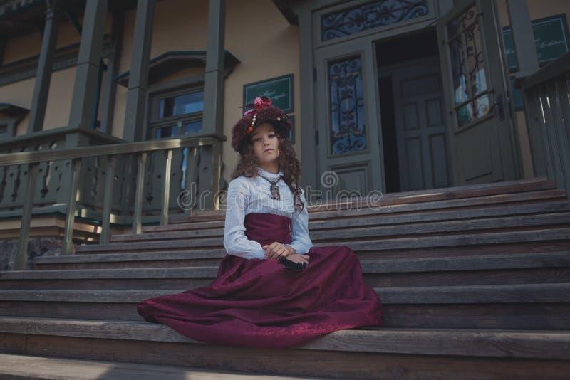 Gullig liten caucasian flicka som bär retro kläder Trevligt kvinnligt barn i härlig tappningklänning royaltyfri foto