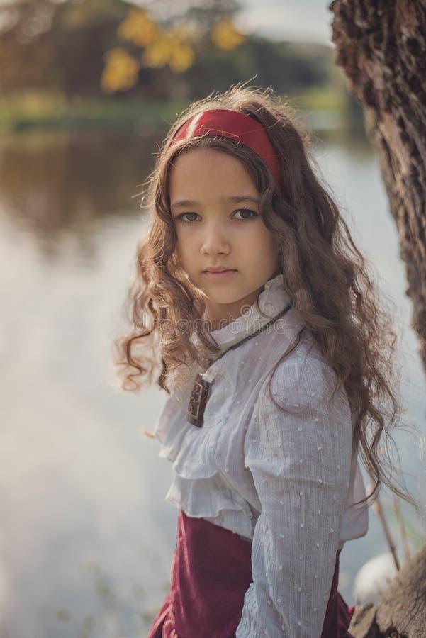 Gullig liten caucasian flicka som bär retro kläder Trevligt kvinnligt barn i härlig tappningklänning arkivfoto