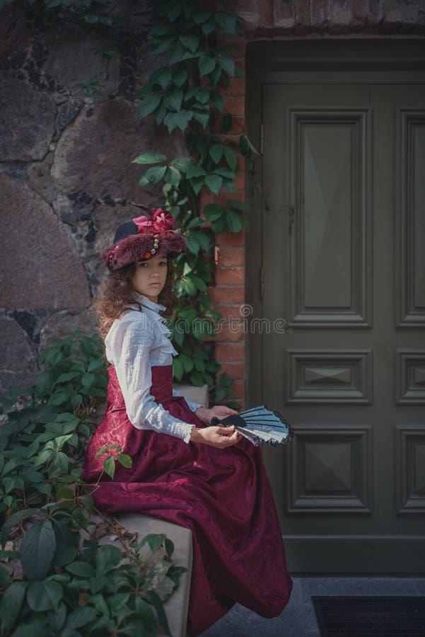 Gullig liten caucasian flicka som bär retro kläder Trevligt kvinnligt barn i härlig tappningklänning arkivbilder