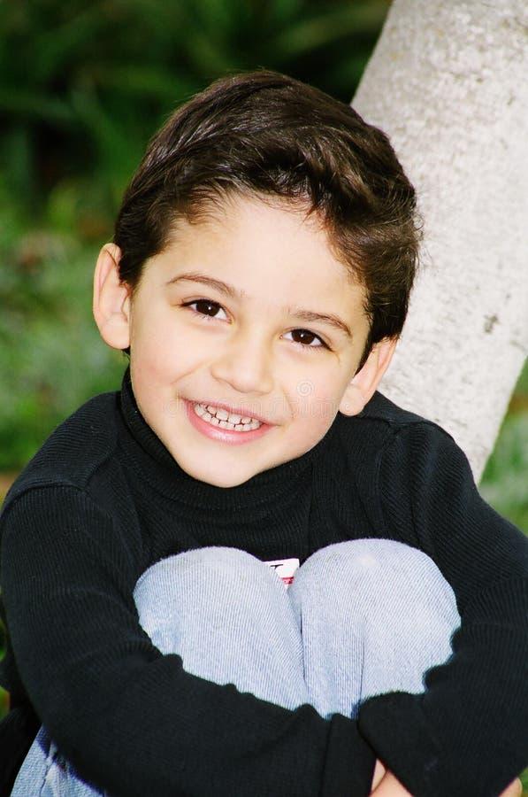 gullig liten det fria för pojke som smilling arkivfoto