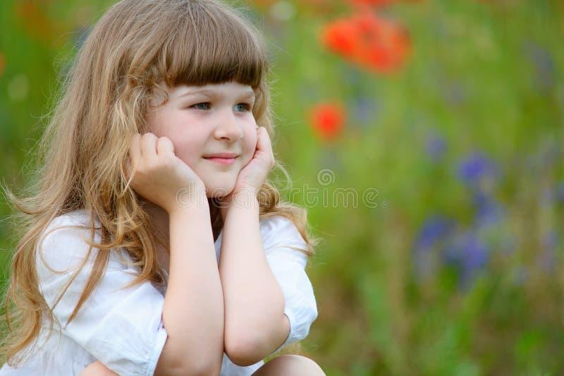 Gullig liten flicka för närbildstående på naturbakgrund arkivbild