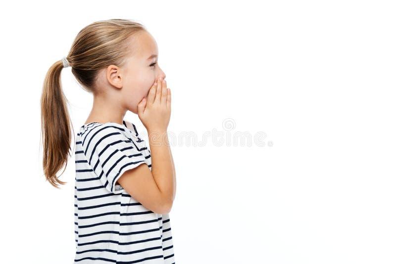 Gullig liten flicka i avrivet ropa för T-tröja Begrepp för anförandeterapi över vit bakgrund arkivfoton