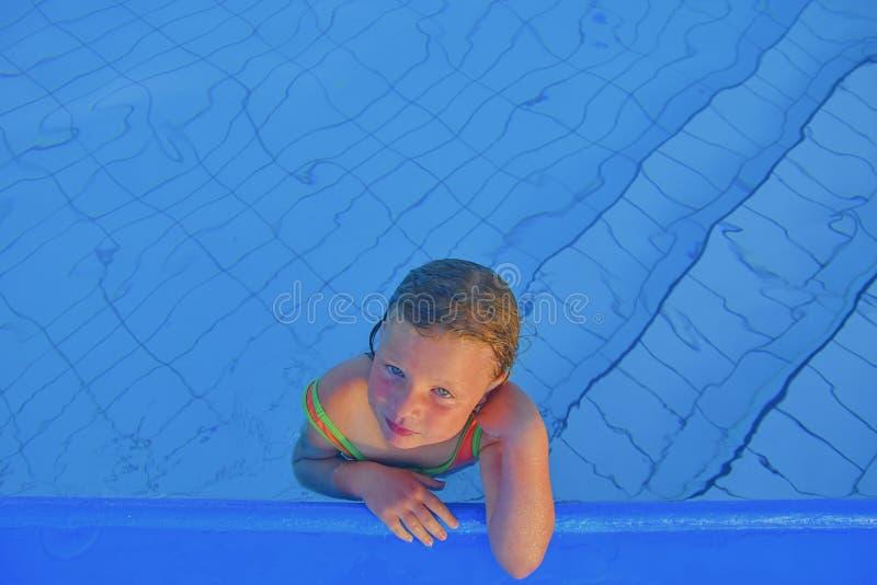 Gullig liten flicka i den offentliga simbassängen Stående av den lilla gulliga flickan i simbassängen solig dagsommar Sommar och  royaltyfria bilder