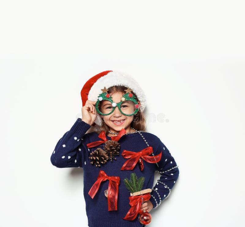 Gullig liten flicka i handgjord jultröja fotografering för bildbyråer