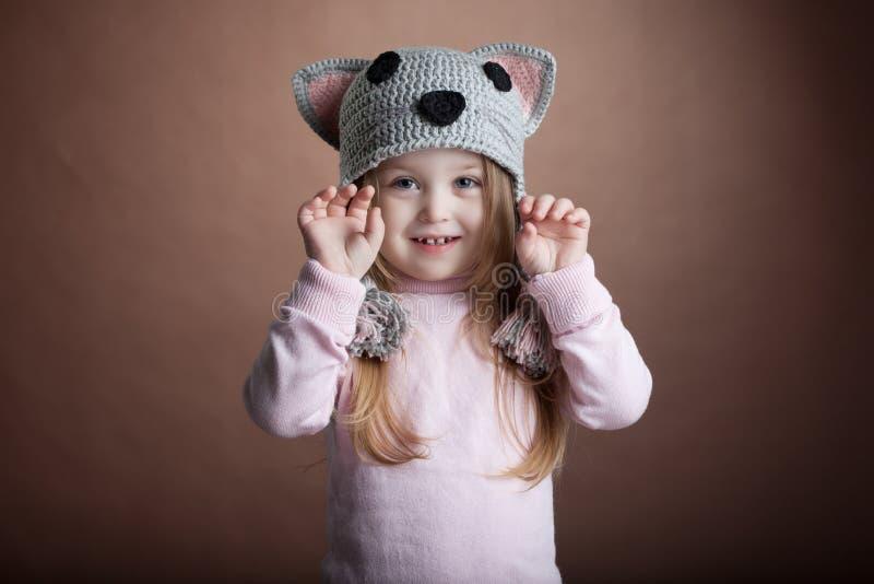 Gullig liten flicka i kattdräkt arkivbild