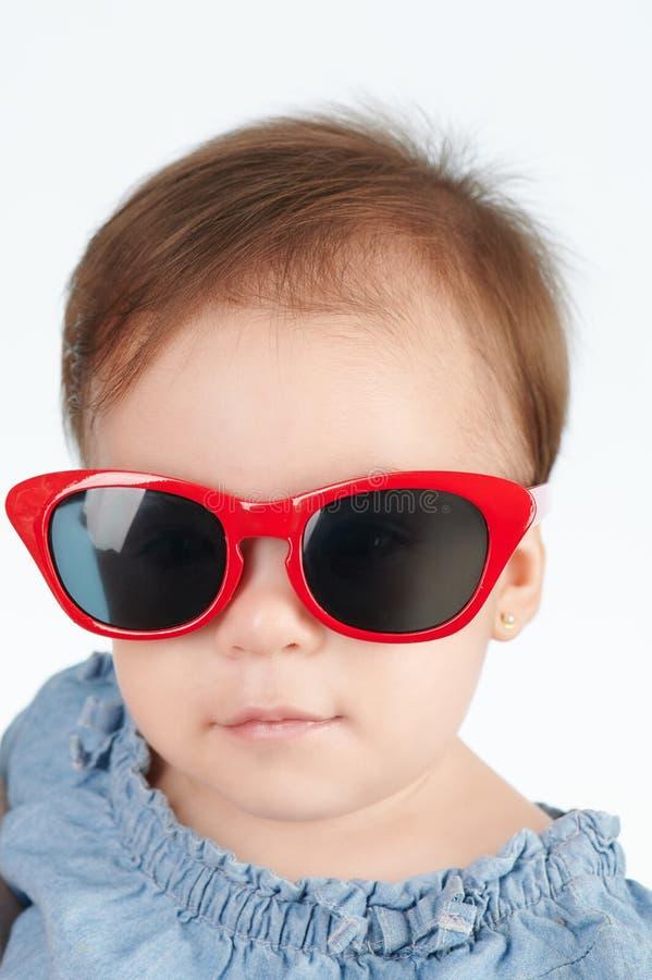 Gullig liten flicka i solglasögon arkivfoton