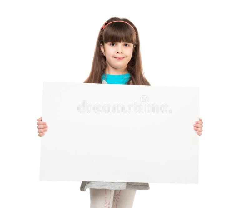 Gullig liten flicka med det tomma pappers- arket i händer arkivfoto