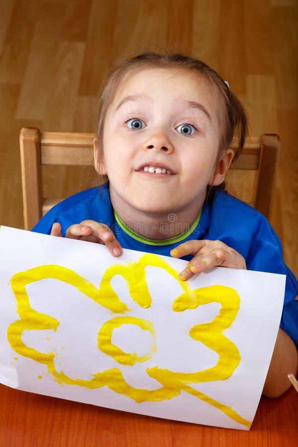 Gullig liten flicka med en bild arkivfoto