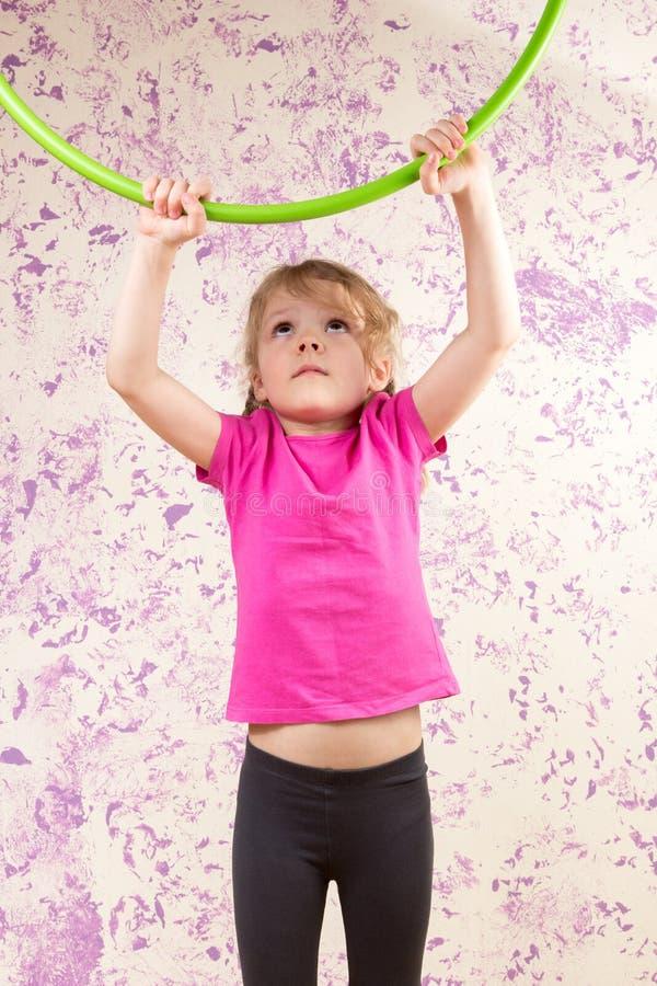Gullig liten flicka med hulsbeslaget royaltyfri fotografi