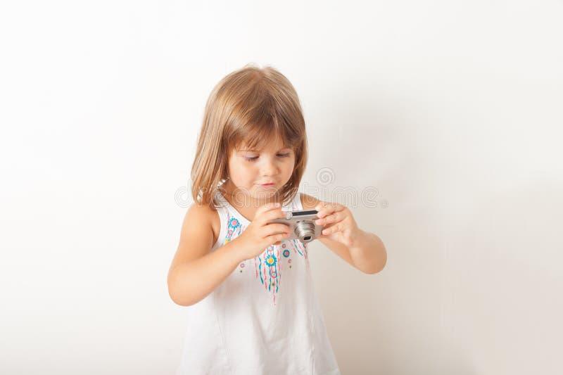 Gullig liten flicka med kameran royaltyfri fotografi