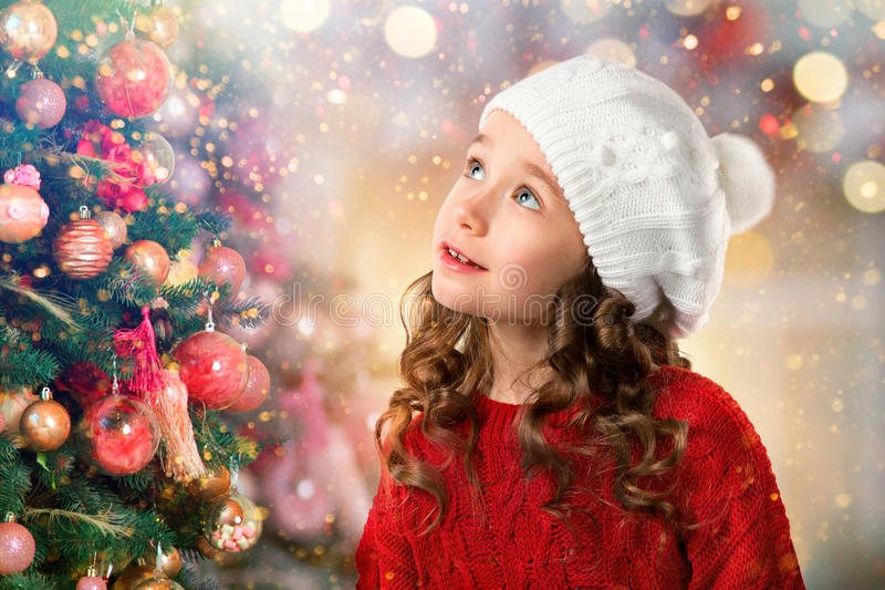 Gullig liten flicka nära julgranen invitation new year royaltyfria foton