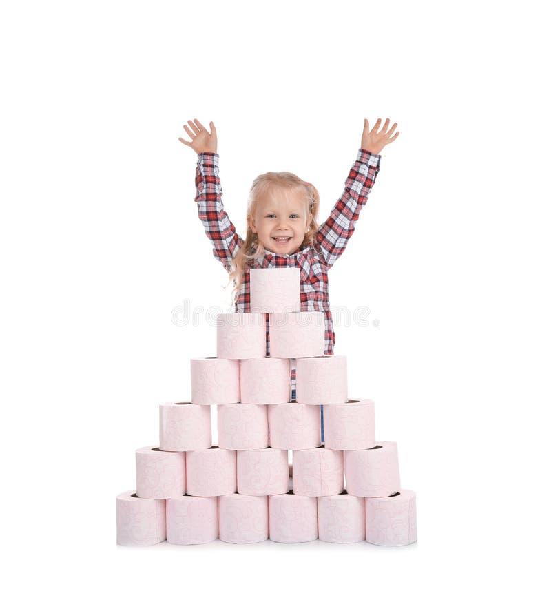 Gullig liten flicka- och för toalettpapper pyramid royaltyfria bilder