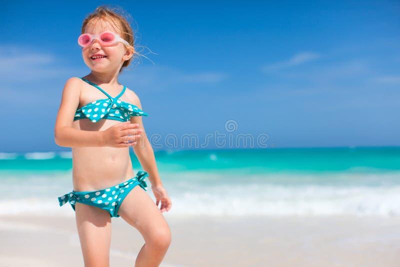 Gullig liten flicka på stranden royaltyfria foton
