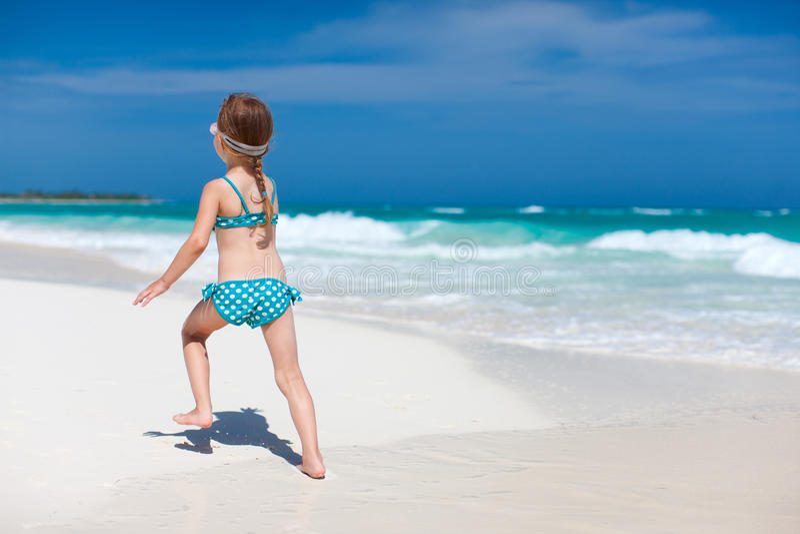 Gullig liten flicka på stranden fotografering för bildbyråer