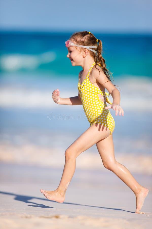 Gullig liten flicka på stranden royaltyfri foto