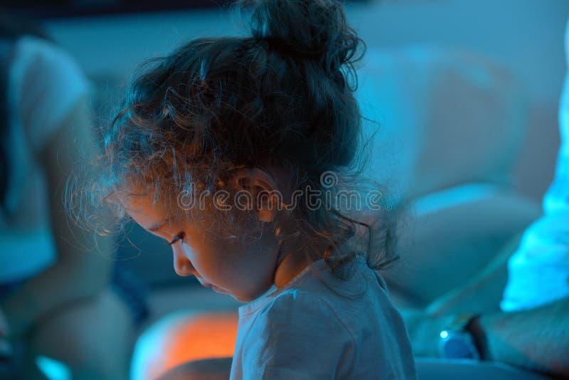Gullig liten flicka som använder minnestavlaPC royaltyfri foto
