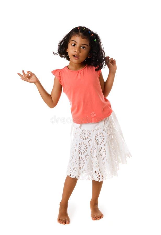 Gullig liten flicka som barfota står isolerat arkivbild
