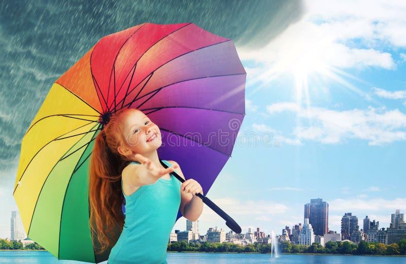 Gullig liten flicka som går i regnet royaltyfria foton