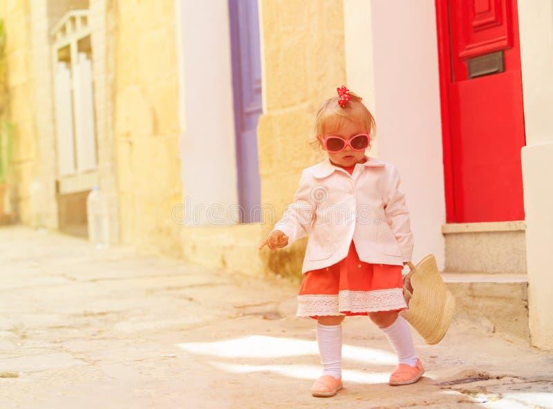 Gullig liten flicka som går på gatan av Malta arkivfoto
