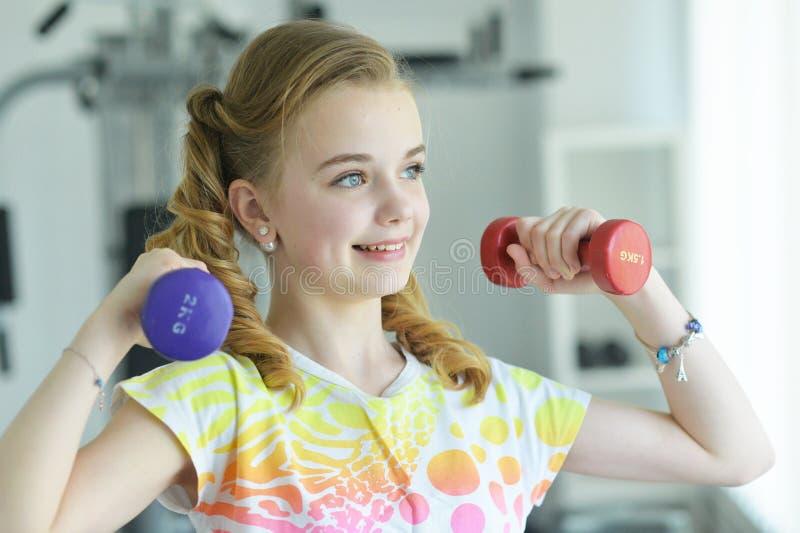 Gullig liten flicka som gör övningar royaltyfri foto
