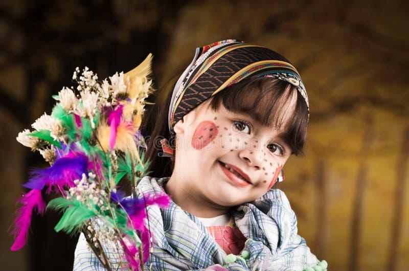 Gullig liten flicka som kläs som en traditionella easter arkivfoton
