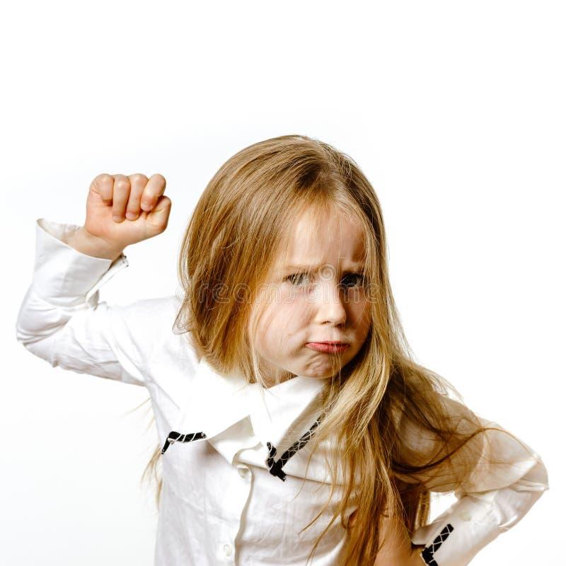 Gullig liten flicka som poserar för annonsering som gör signes vid händer arkivfoton