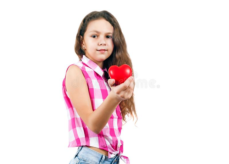 Gullig liten flicka som rymmer en hjärta royaltyfria bilder