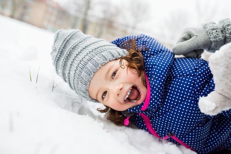 Gullig liten flicka som spelar utanför i vinternatur royaltyfria bilder