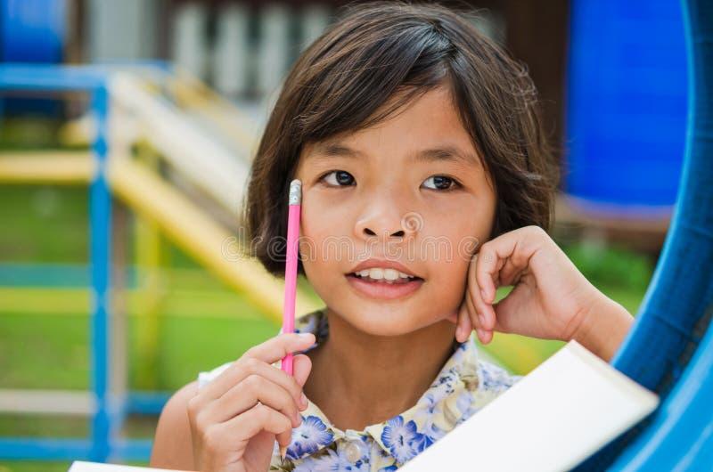 Gullig liten flicka som studerar på skolan royaltyfria foton