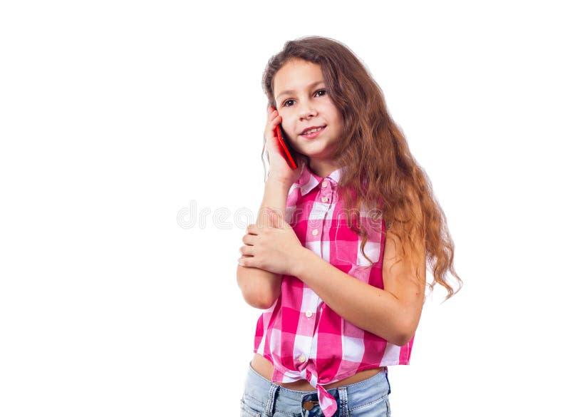 Gullig liten flicka som talar på telefonen och le royaltyfria bilder