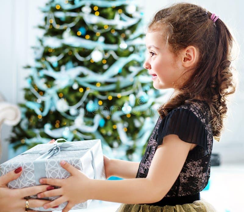 Gullig liten flicka som tycker om en gåva royaltyfria bilder