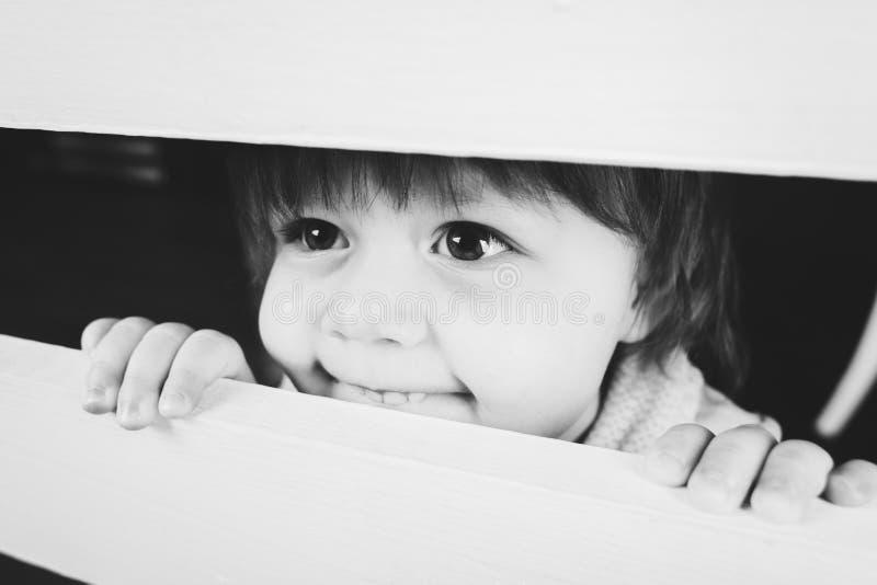 Gullig liten flicka, stora ögon, lyckligt leende härlig svart ståendewhitekvinna fotografering för bildbyråer