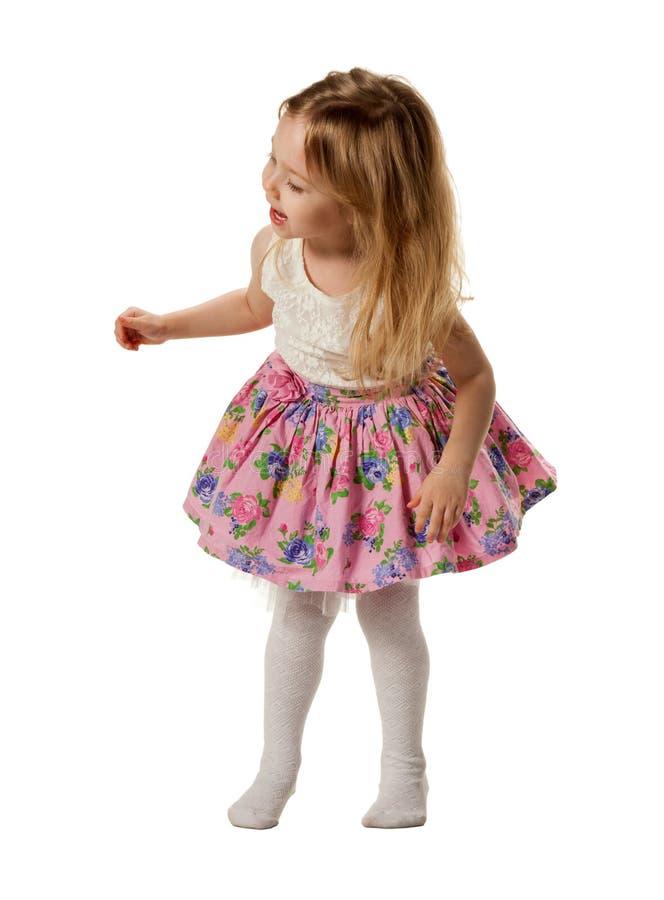 Gullig liten flickaallsångsång som isoleras på vit arkivfoto