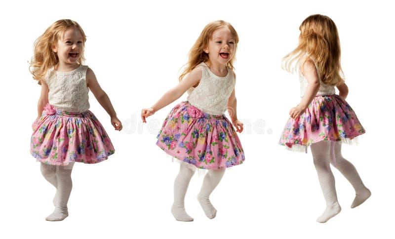 Gullig liten flickabanhoppning med glädje som isoleras på vit bakgrund royaltyfri bild