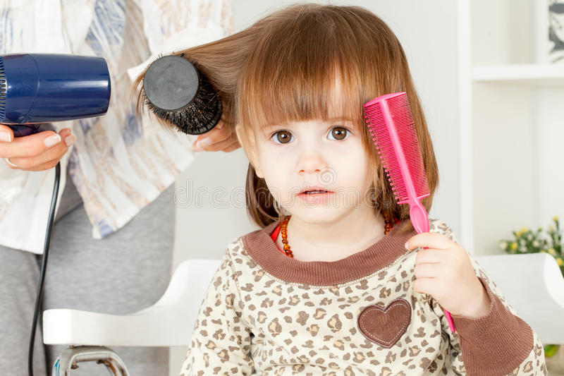 Gullig liten flickahårstil arkivbild