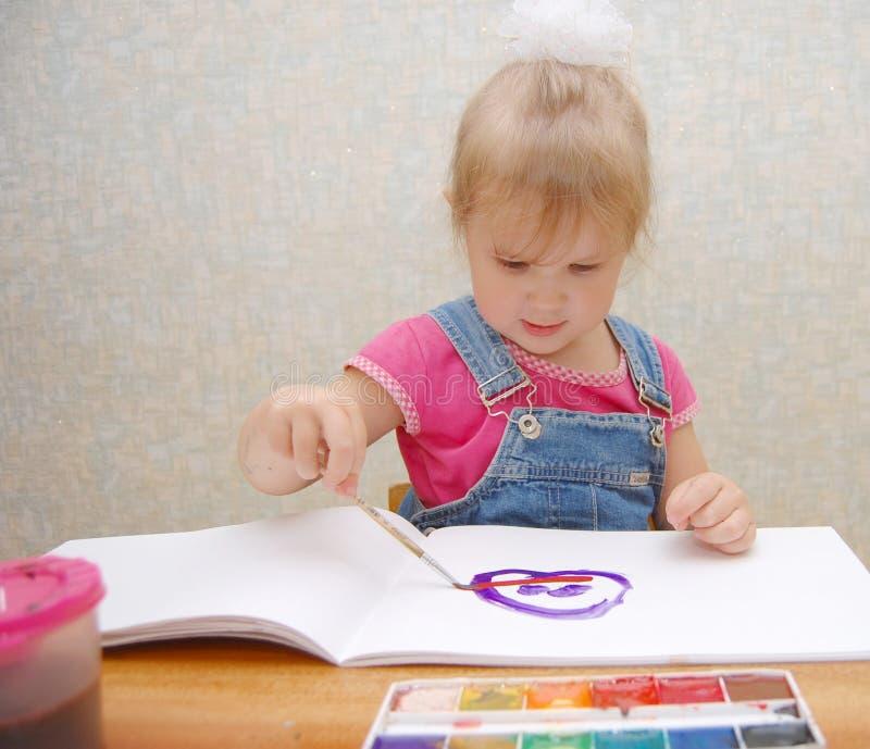 gullig liten flickautgångspunktmålning royaltyfri foto