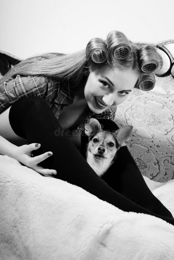 Gullig liten hund och härlig blond ung utvikningsbrud royaltyfria bilder