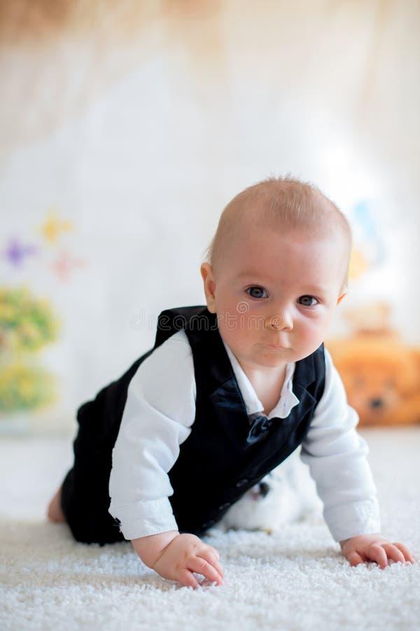 Gullig liten litet barnpojke, smart tillfälligt för påklädd som spelar med litt fotografering för bildbyråer