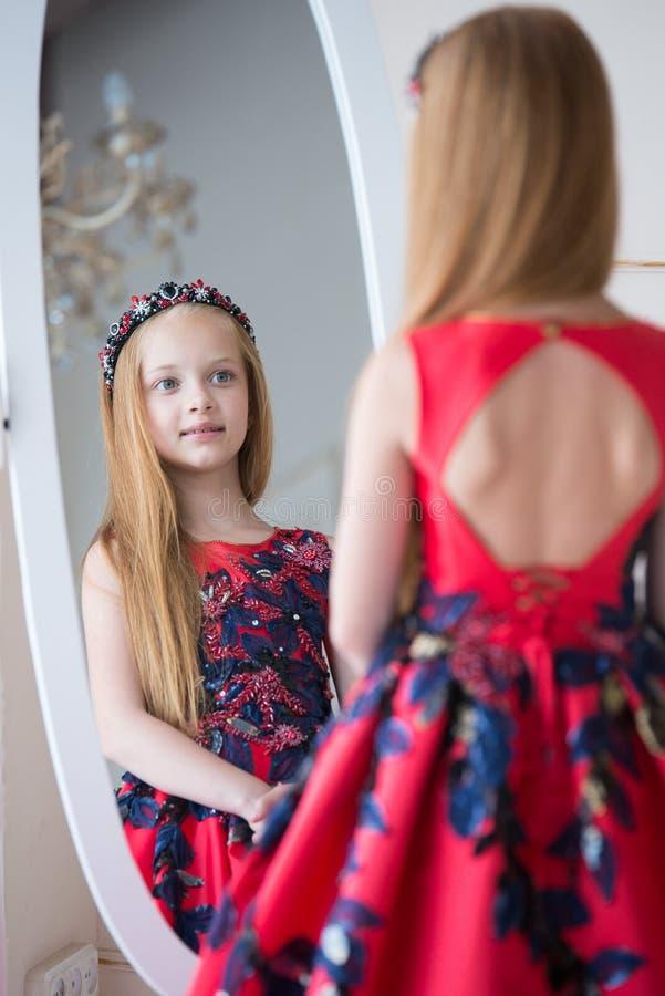 Gullig liten rödhårig manflicka som bär en antik prinsessaklänning eller dräkt arkivbilder