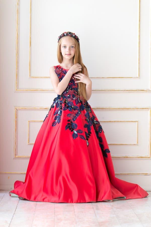 Gullig liten rödhårig manflicka som bär en antik prinsessaklänning eller dräkt royaltyfria bilder