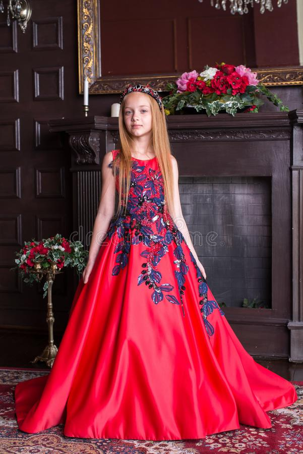 Gullig liten rödhårig manflicka som bär en antik prinsessaklänning eller dräkt fotografering för bildbyråer