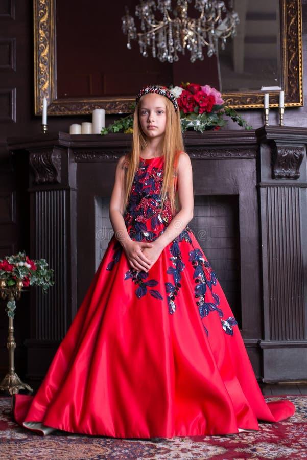 Gullig liten rödhårig manflicka som bär en antik prinsessaklänning eller dräkt royaltyfria foton
