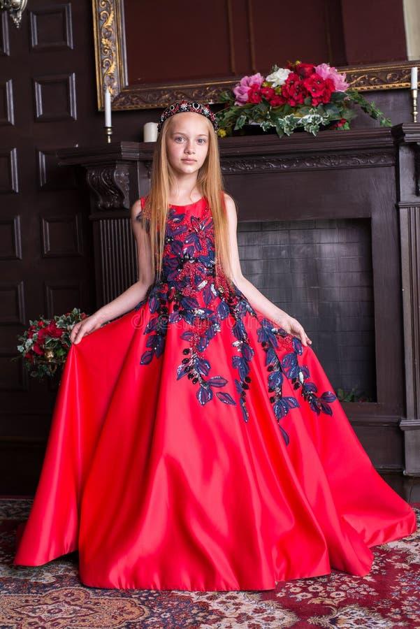 Gullig liten rödhårig manflicka som bär en antik prinsessaklänning eller dräkt royaltyfri foto